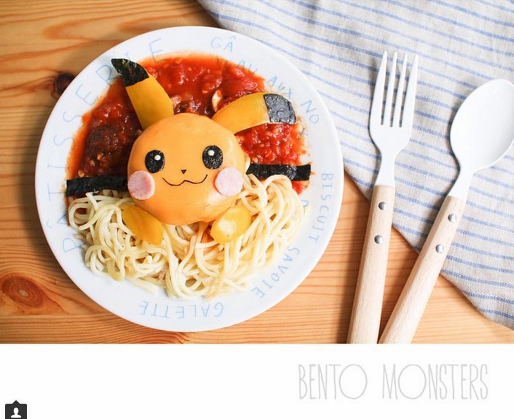 Li Ming transforme les spaghetti en pokeball avec Pikachu à l'intérieur