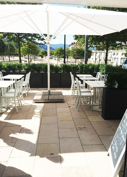une jolie terrasse est également disponible pour les beaux jours