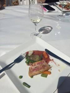 Plat chaud poisson : filet de rouget avec éclats de poutargue, printanière de légumes