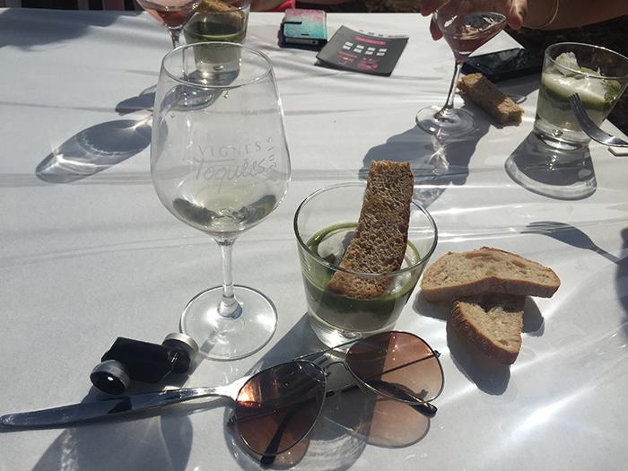 entrée chaude : brandade et mousseux de morue, raviole d'olives picholines Nîmes AOC en bouillon velours vert