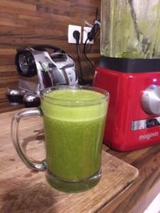 Un jus vert pour se sentir bien composé de poivrons rouges et vert, fenouil, épinards, clémentine et ananas !