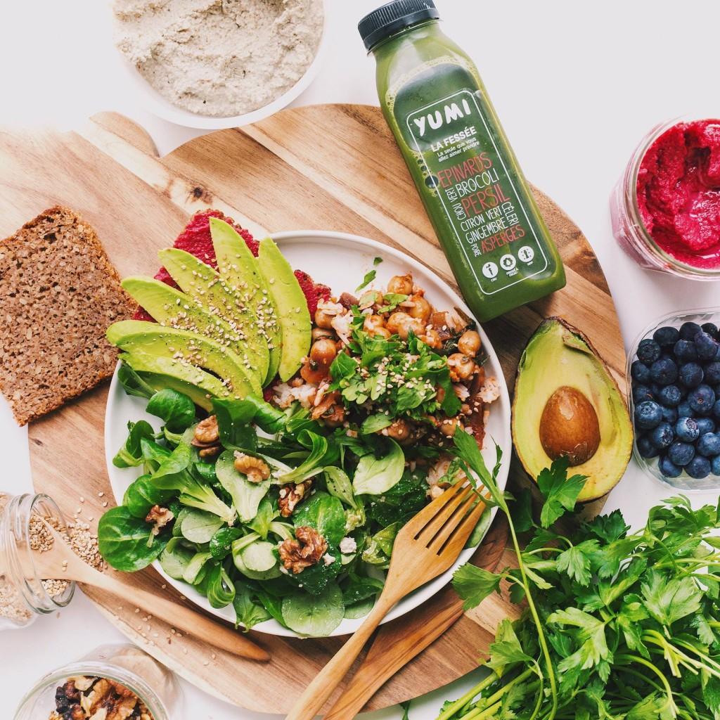 Yumi propose des jus de légumes et de fruits comme son jus La Fessée, composée de plus d'un demi kilo de légumes verts pressés dans chaque bouteille. Une pépite alcalinisante qui va vous rendre accro.