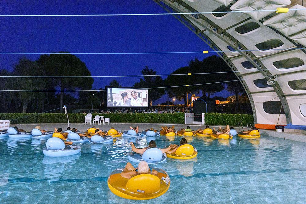 Du 1er au 30 août 2020, Montpellier Méditerranée Métropole vous propose de venir profiter d'une séance de cinéma en plein air et même à la fraîche dans une piscine !