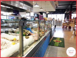 choisissez directement votre poisson sur l'étal et les poissonniers vous le cuisineront pour manger sur place