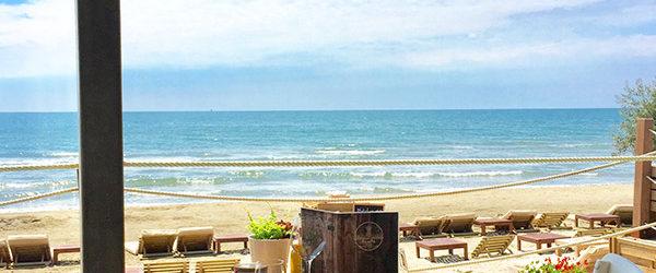 On se retrouve à la Pampa entre amis ou en famille pour boire un verre de vin au son des vagues