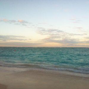 plage de sable blanc et eau turquoise, les vacances aux paradis