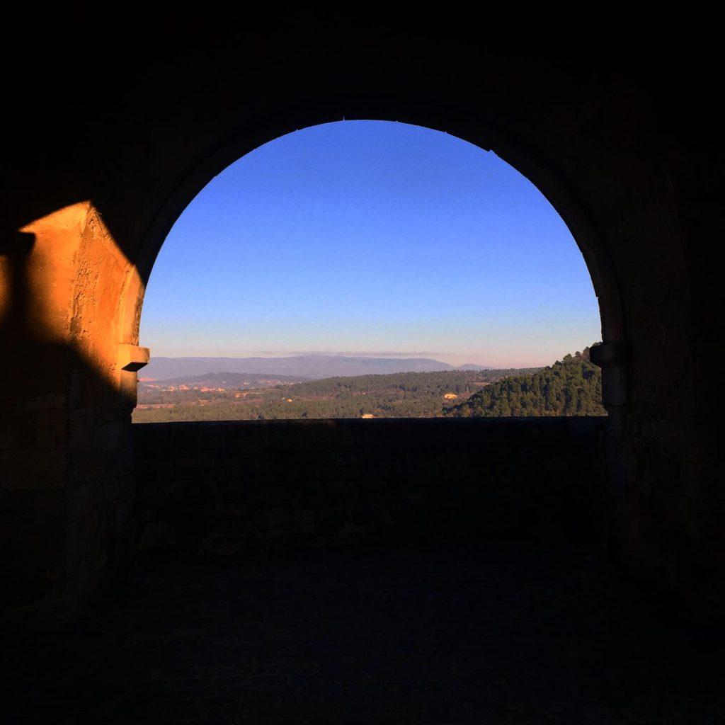 Ménerbes et ses vues panoramiques sur les montagnes