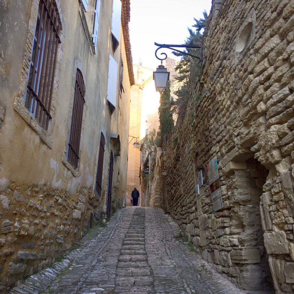 Les petites rues en pente pavées de pierres de Gordes